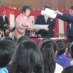 小学校で卒業式