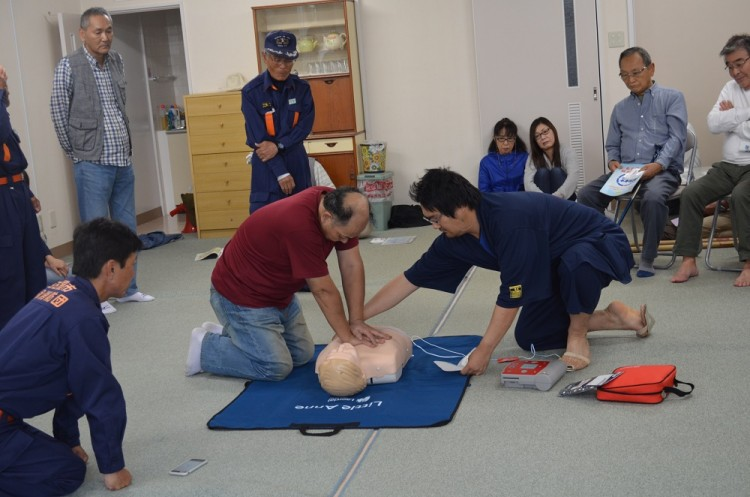 AED体験をする自治会長